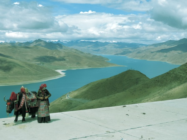 Stunning views of Yamdruk Lake